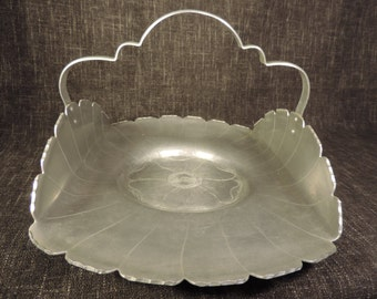 Aluminum tray with scalloped handle