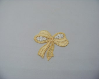 Soft Yellow and White Bow Applique 4776