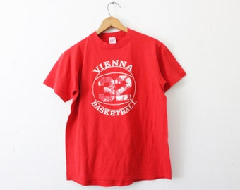 MEDIUM Vintage 1980s Vienna Basketball 32 Soft and Thin Graphic T-Shirt