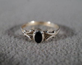 Vintage Jewelry Sterling Silver Ring Black Onyx Oval Stone Delicate Detail Supporting the Bezel Set Stone Size 7     KW8