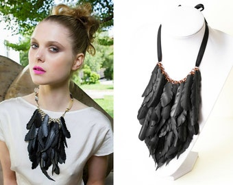 Statement feathers necklace 'Crow' with vegan little feathers, copper base and black ribbon.