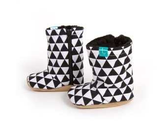 Black and White triangle baby boots - Minky booties - 0-3 , 3-9 , 9-12 , 12-18, 18-24 - Winter baby shoes