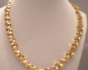 Shell necklace made in gold clored metal