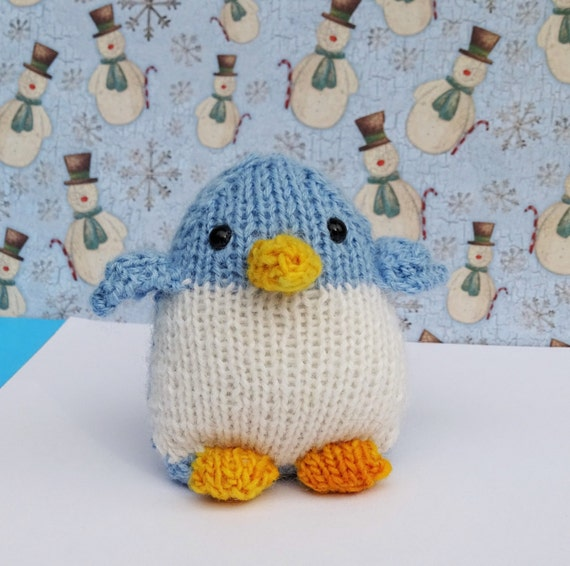hand von gestrickter pinguin alpaka spielzeug blaue. Black Bedroom Furniture Sets. Home Design Ideas