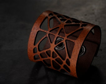 Womens leather bracelet. Free shipping. Vegetable tanned italian leather, snap fastener with crystals from Swarovski.