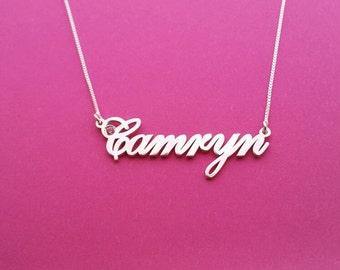 Nameplate Necklace Cursive Name Necklace White Gold Delicate Name Necklace Collar Con Nombre Collar nombre Colgante con nombre Collar Carrie