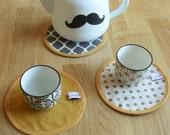 trio napperons /sets de table /service thé/café en coton réversibles recto écru gris pois doré géométrique verso moutarde uni 15cm diamètre