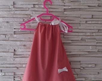 Robe bébé ruban rose à petits pois blanc.