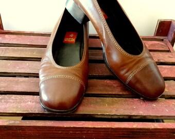 Vintage womens pumps shoes minimal brown low heel shoes student teacher stewardess shoes size 39 size 8, 8 1/2, 9