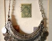 Collier Ethnique vintage plaqué argent d'inspiration tribale kuchi, forme de croissant de lune et reproduction de pièces ottomanes anciennes