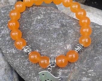 35) Bracelet collection princesse pour fillette ou petit poignet - en jade orange agrémenté d'une breloque oiseau