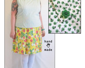 Dashing Top -- plus size, 20, 22, 24W -- Mod 1960s retro chic -- sleeveless, collar, vintage cotton fabric, flower buttons -- 50B-46W-52H