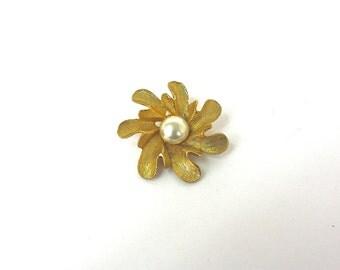 Vintage 60s Pearl Brooch Goldtone Metal Large Flower w Pearl Cabochon