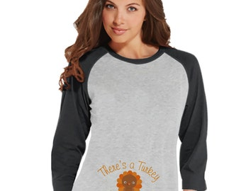 Thanksgiving Pregnancy Announcement - There's a Turkey In This Oven - Pregnancy Reveal - Thanksgiving Pregnancy Reveal Tshirt - Grey Raglan
