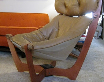 Scandinavian Norway High back Luna leather sling lounge chair designed by Odd Knutsen made by IMG