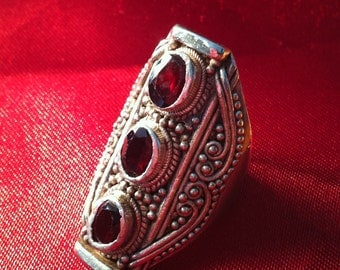 Important and large ring 925 sterling silver handmade with three natural garnets.