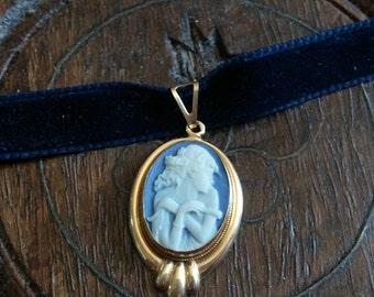 Lovely blue cameo pendant in 18k gold