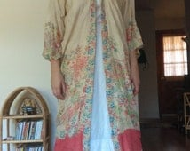 Antique 1920s 1930s Cream Silk Japanese Robe/Kimono with Peony and Pagoda Print // osfm