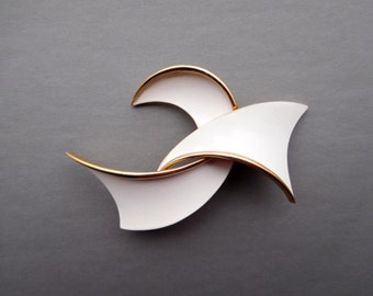 TRIFARI Signed White & Gold Modernist Retro Pin Brooch (Item Z 75)