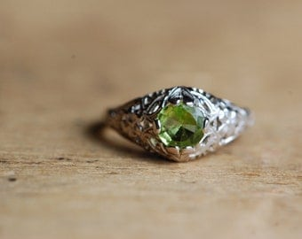 Antique Art Deco peridot filigree ring ∙ 14K peridot Art Deco ring