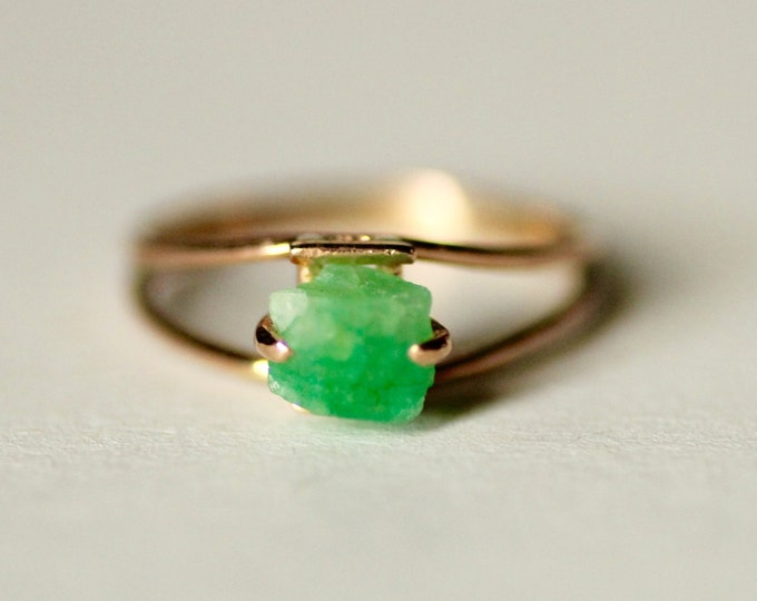 Raw Emerald gold ring, Gold ring, Green stone ring, Natural stone ring, Engagement ring, Gold Engagement Ring, Womens ring