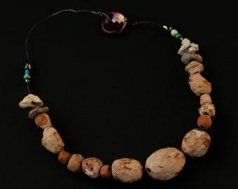 collier  en céramique de Roussillon, composée de différente granduer de perles sur fil en argent
