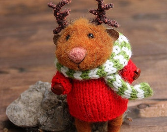 needle felted christmas deer in sweater and scarf, Waldorf animal, felted toy, felt animal, eco-friendly, collectable miniature,
