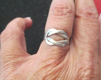 Solid STERLING LOVE KNOT ring, vintage 1970, never worn