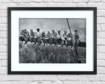 New York Construction Workers Lunch atop a Skyscraper -  Large Mounted & Framed Poster Art Print A2 - 31 x 24 Inches  ( 75 x 61 cm )