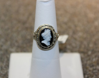 Ladie's 14k White Gold Black and White Cameo Ring