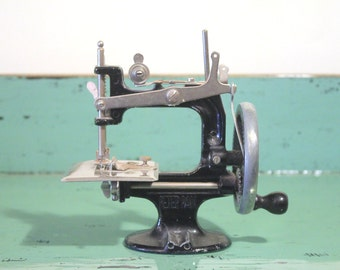 Vintage Peter Pan Child's Toy Sewing Machine 1950s