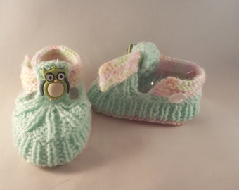 Baby booties with an owl