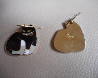 Vintage black and white 1980s drop cat earrings