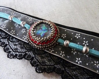 Bracelet baroque leather lace and set with cabochon and beads
