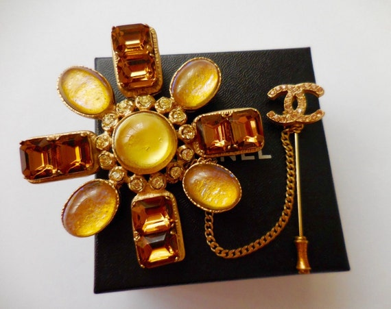 Authentic vintage Chanel large size gripoix flower shape pendant brooch with a CC logo pin