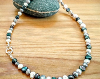 Necklace of pearls in white and gray.