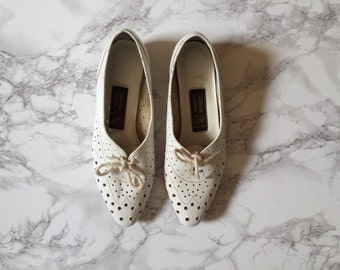 white leather cut out dot oxfords / 70s lace up oxfords / size 6.5