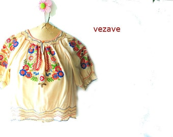 Boho vintage 50s beige crepe-rayon, hand made peasant blouse with a multicolr flowers embroidery. Size XS.