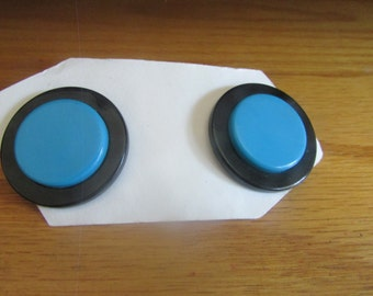 black blue buttons post