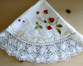 Round Table Topper Doily Strawberry Machine Applique Vintage Table Linen