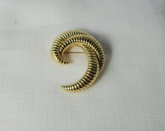 Gorgeous MONET Gold Tone Brooch.