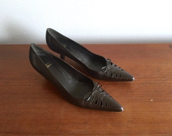 Stuart Weizman Brown Low Pumps 8.5 / Pointed Brown Kitten Heels with Bows / Cutout Pointed Toe Office Shoes / Work Shoes Size 8.5