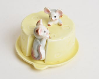 Vintage 50s Mouse Covered Cheese Dish  / 1950s Ceramic Cheese Box Yellow Pink Gray