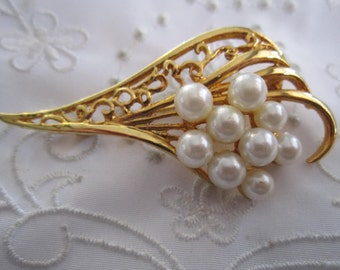 Vintage Gold Tone Feather-Shaped Brooch with Cluster of Faux Pearls