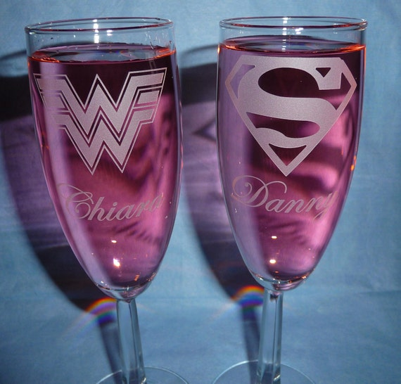 Toasting champagne flutes with names super hero couple for Super u champagne
