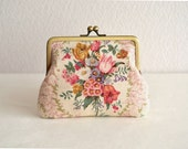 Shabby chic floral frame purse in Pink