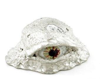 Eyeball in cast in metal - borosilicate eyeball in pewter alloy