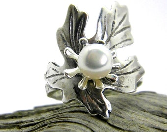 Sterling silver ring leaf  flower and white pearl, botanical ring, oak leaf ring size 7, pearl jewelry, statement ring