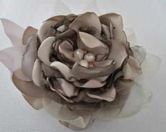 Fabric flower in champagne, bridal hair flower accessory, Champagne flower brooch, Bridesmaids hair pin, Bridal fabric flower hair pin