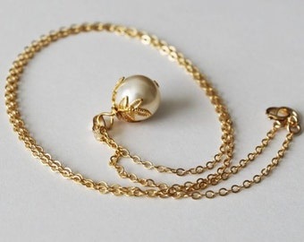 Gold leaf pearl pendant necklace, Single pearl necklace, 14K gold Leaf pearl necklace, Bridesmaids necklace, Silver necklace, Large pearl